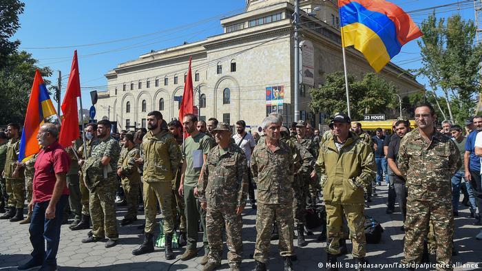 هر دو کشور پس از آغاز نبردها دست به سربازگیری زدهاند. ارمنستان که دارای ارتش کوچکتری در مقایسه با آذربایجان است، از مردان خواسته است که داوطلبانه به ارتش این کشور بپیوندند.