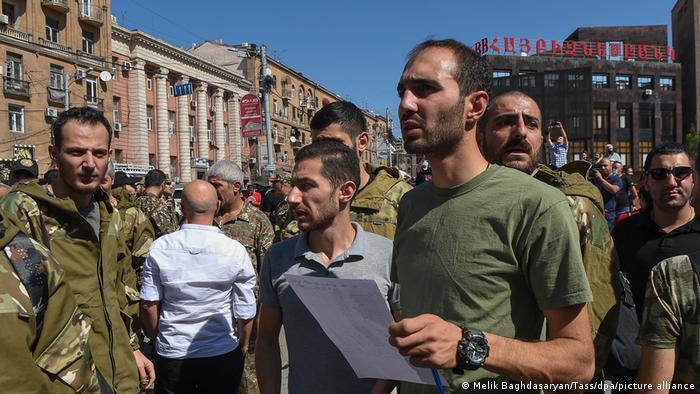 Armenien und Aserbaidschan Konflikt um Berg-Karabach | Freiwillige in Eriwan (Melik Baghdasaryan/Tass/dpa/picture alliance)
