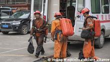 27.09.2020, China, Chongqing: Rettungskräft verlassen den Unfallort in einem Kohlebergwerk. Ein Grubenunglück im Südwesten Chinas hat 16 Bergleute das Leben gekostet. Sie starben an einer Kohlenmonoxid-Vergiftung, wie staatliche Medien unter Berufung auf örtliche Behörden berichteten. Foto: Huang Wei/XinHua/dpa +++ dpa-Bildfunk +++ |