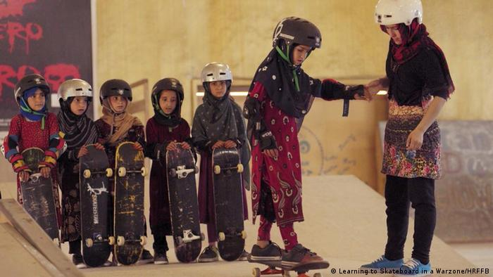 Human Rights Film Festival Berlin: Filmstill aus Learning to Skateboard in a Warzone. Mädchen mit Kopftüchern, Helmen und Skateboards (Learning to Skateboard in a Warzone/HRFFB)