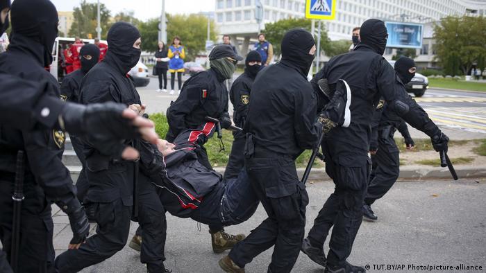 Полиция задерживает участников акции протеста.