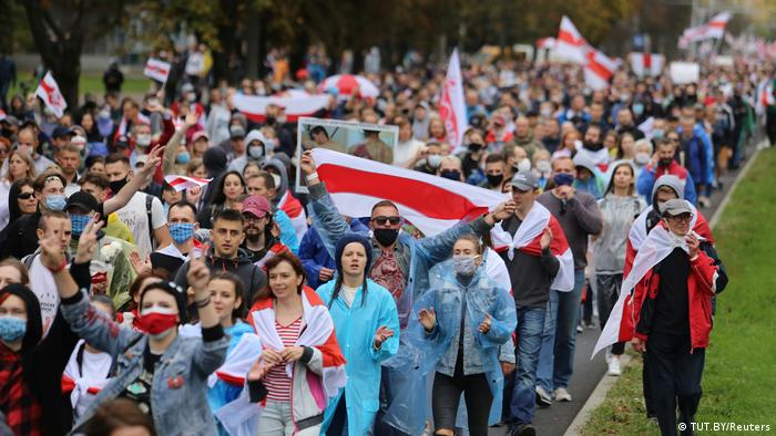 Демонстранты на пути к стеле Минск - город-герой