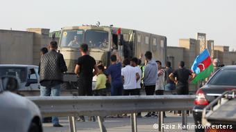 Азербайджанцы приветствуют военнослужащих в Баку