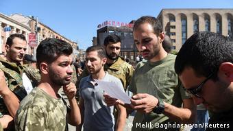 Εθελοντές κατατάσσονται στον αρμενικό στρατό