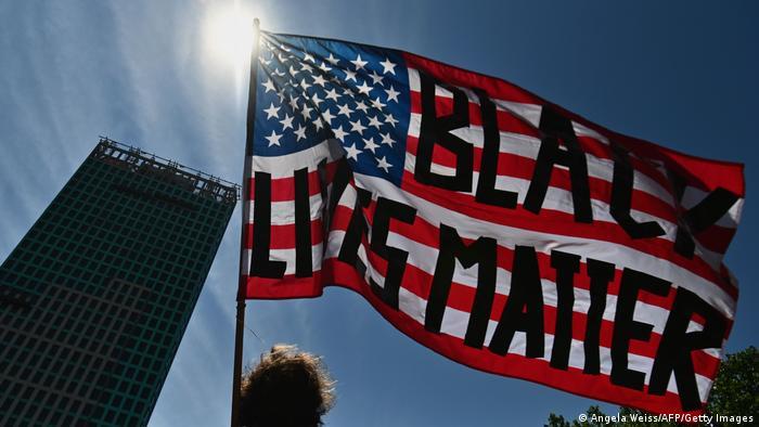 Symbolbild Black Lives Matter Schriftzug Fahne