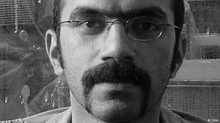 ستوننویس روزنامههای سیاسی و نویسنده داستانهای اکونآبادیها و آدمهای عوضی، متهم پروندهای بود که وزارت اطلاعات احمدینژاد برای شماری از روزنامهنگاران تشکیل داد. او به اتهام تبلیغ علیه نظام به ۵سال حبس تعلیقی محکوم شد که بعد به یکسال تقلیل یافت.عالمی پیش از رفتن به اوین از مطبوعات خداحافظی کرد و نوشت: «حرف هم نزنم سیاسی است. از حماقت بنویسم، از جسم سخت بنویسم، از میمون بنویسم سیاسی است.»