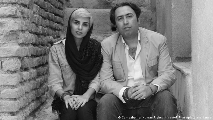 دادگاه انقلاب، این دو نویسنده، شاعر و منتقد اجتماعی را به اتهام توهین به مقدسات و تبلیغ علیه نظام به ۹۹ ضربه شلاق، جریمه نقدی و زندان طویل ۹ و ۱۱ ساله محکوم کرد. این سرایندگانغزل پست مدرن، پس از اعتراض به رای دادگاه و احتمال بالای عدم تغییر حکم در دادگاه تجدیدنظر، از ایران خارج شدند. کتابهای اختصاری و موسوی بارها از بازار جمع و خمیر شدهاند ولی اینک به صورت زیرزمینی فروخته میشوند.