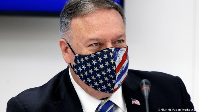 Глава Госдепа США Майк Помпео в защитной маске с изображением флага США