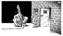 Eine Karikatur zeigt eine Hand mit einem Stift, danach steht ein Gefängniswärter, der auf eine geöffnete Tür zu einer Zelle weist