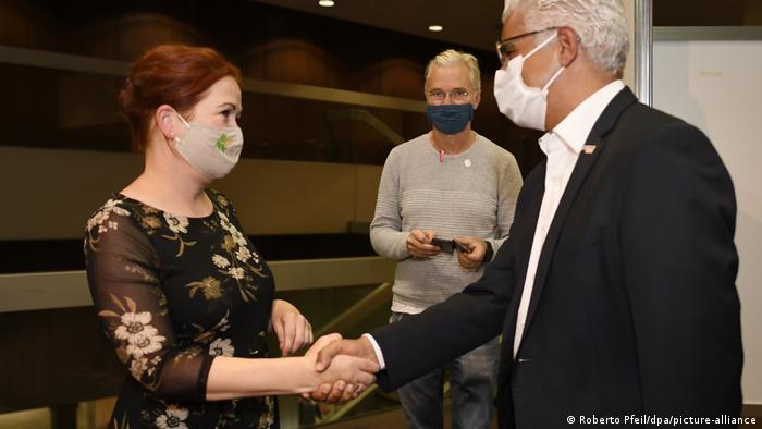 Eleita prefeita de Bonn pelos verdes, Katja Dörner cumprimenta o adversário da CDU, Ashok-Alexander Sridharan