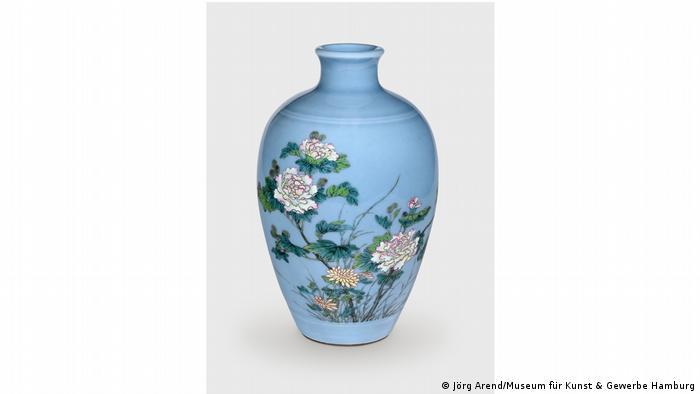 Синяя фарфоровая ваза с цветочными мотивами