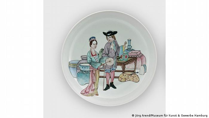 Фарфоровая тарелка, на котором изображена молодая пара