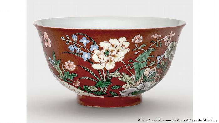 Фарфоровая миска с цветами