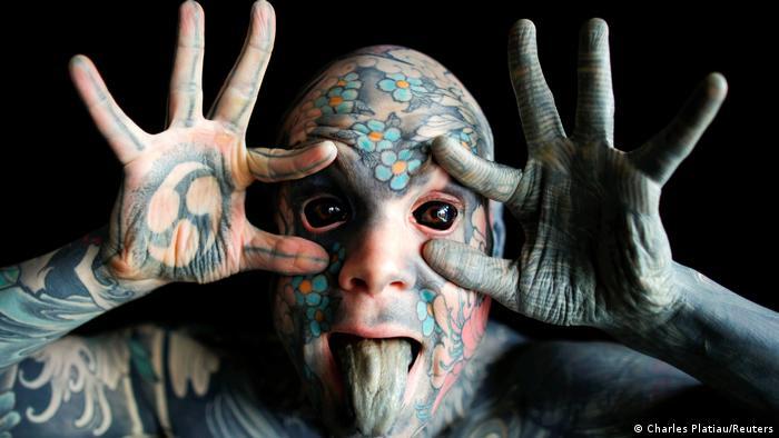 Prekriven je tetovažama od glave do pete - dobro, baš pete mu nisu tetovirane, ali kaže da neće prestati sve dok mu svaki kvadratni milimetar kože ne bude prekriven bojom. Beonjače je već ofarbao mastilom. Silvan Elen (35) nosi umetničko ime Freaky Hoody i zapravo je učitelj u Parizu. Kaže, neki đaci se prvo malo boje, ali se brzo priviknu.