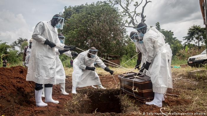 Enterro de vítima do coronavírus em Gana, na África