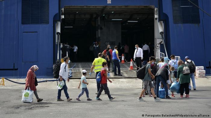 Migranti ulaze u trajekt koji ih vozi na grčko kopno
