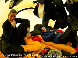 Ex-Schiedsrichter Markus Merk und die Journalistin Birgit Lutz Temsch im Zelt während der Nordpol-Expedition 2010. Foto: visualimpact.ch/Thomas Ulrich
