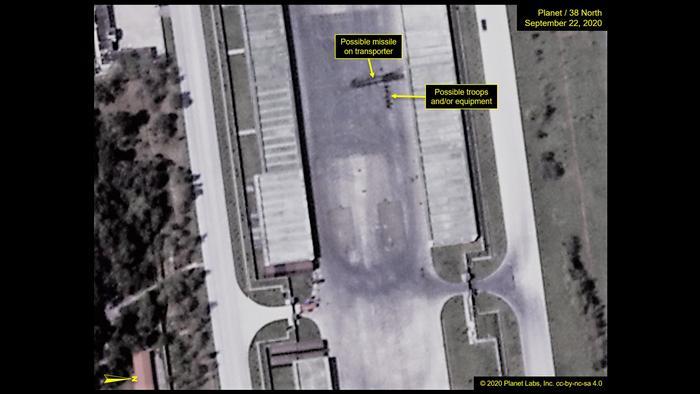 Stark vergrößerte Satellitenaufnahme des Mirim Trainingsgeländes: Darauf zu sehen ein längliches Objekt, das Experten für eine Rakete auf einem Transporter halten
