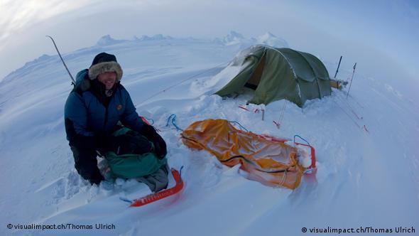 Ex-Schiedsrichter Markus Merk in der Arktis, mit Schlitten, im Hintergrund das Zelt. Foto: visualimpact.ch/Thomas Ulrich