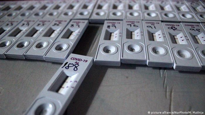 Indien Nasenabstrichproben-Test bei Covid-19 (picture-alliance/NurPhoto/M. Makhija)