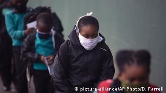 Südafrika Ausbruch von Covid-19 in Johannesburg (picture-alliance/AP Photo/D. Farrell)