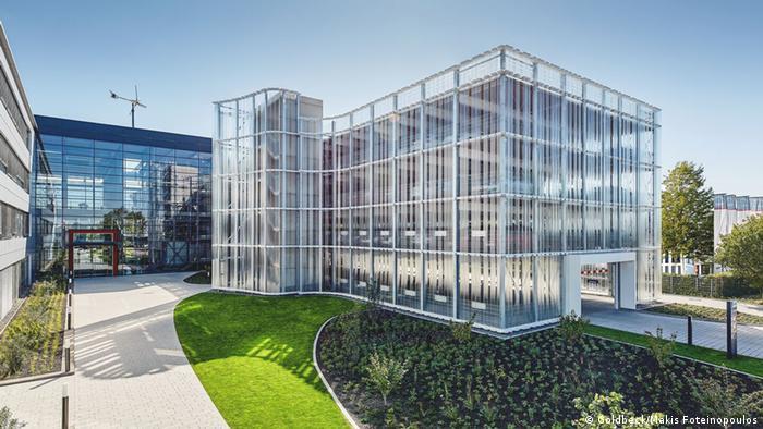 پارکینگهای طبقاتی حالا بیشتر مورد توجه معماران قرار میگیرد و با طرحهایی زیبا ارائه میشوند. برخی از شرکتهای ساختمانی مانند گلدبک در آلمان سازههای ویژهای (عکس) را برای مشتریان ارائه میدهند.