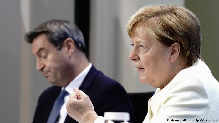 Анґела Меркель та голова уряду Баварії Маркус Зедер на пресконференції за підсумками наради 29 вересня
