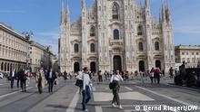 Italien maskierte Passanten auf dem Mailänder Domplatz