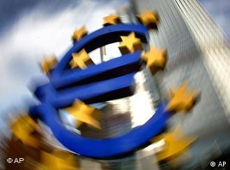 Das Eurozeichen wie in einem Strudel (Foto: AP)