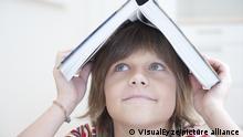Symbolbild Kind lesen Buch