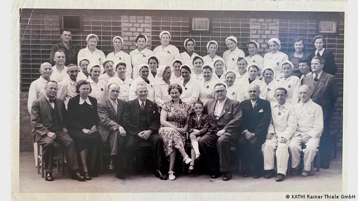 A foto depicting the GDR workforce of the Kathi factory in the 1950s. In the middle are pictured Käthe, Rainer and Kurt Thiele.