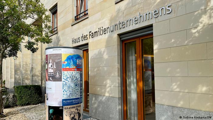 A picture showing the entrance to the building housing the Foundation for Family Businesses in Berlin.