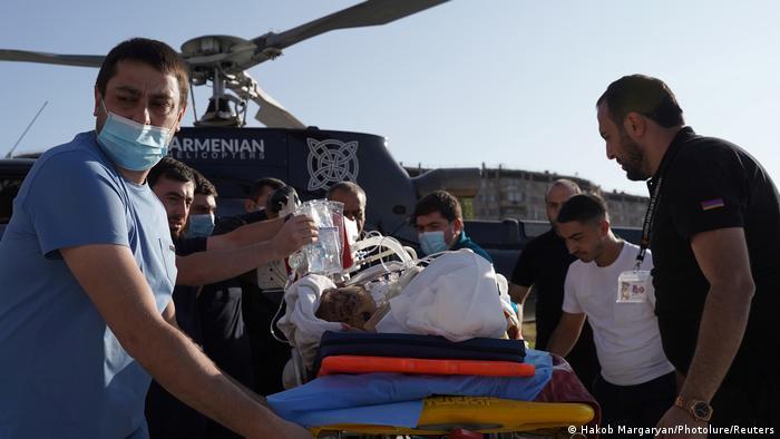 Ein verletzter armenischer Soldat wird aus dem Kampfgebiet geflogen (Foto: Hakob Margaryan/Photolure/Reuters)