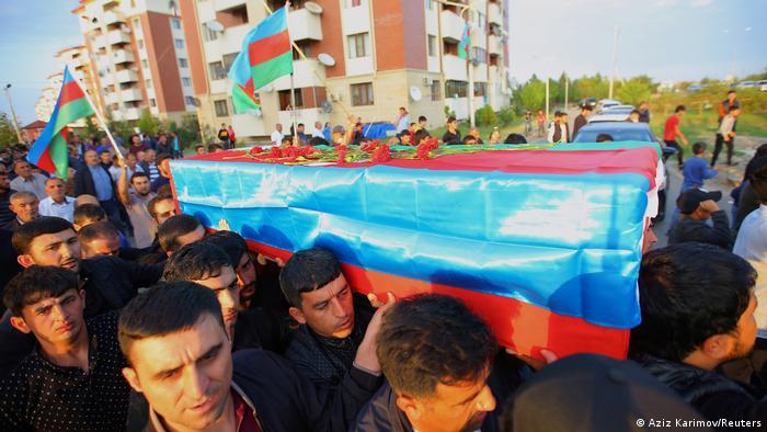 Ein aserbaischanischer Soldat wird im Bezirk Tartar zu Grabe getragen (Foto: Aziz Karimov/Reuters)