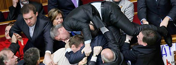 Die Abgeordneteten lieferten sich hitzige Kämpfe und Auseinandersetzungen (Foto: AP)