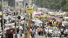 Indien Verkehrschaos und Menschenmengen bei einem Stau in Patna