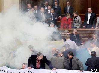 Mehrere Rauchbomben explodierten und lösten Alarm aus (Foto: AP)