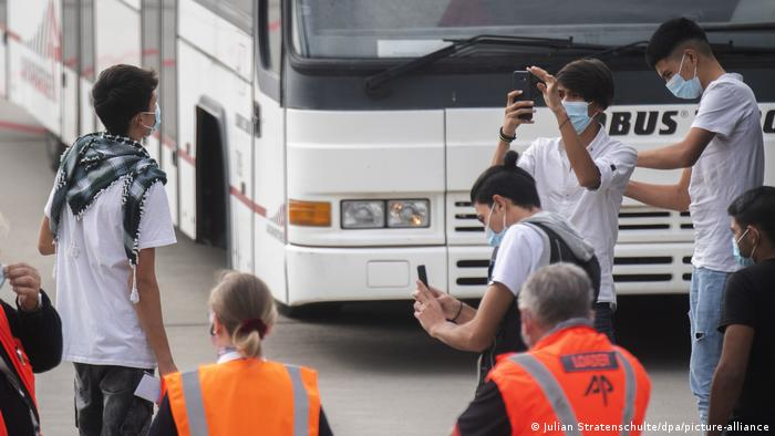 Deutschland Migranten aus Moria landen in Hannover (Julian Stratenschulte/dpa/picture-alliance)