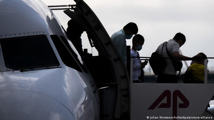 People disembarking from a plane in Hanover
