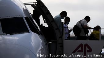 Προσφυγόπουλα από την Ελλαδα με τους γονείς τους στο αεροδρόμιο Αννοβέρου