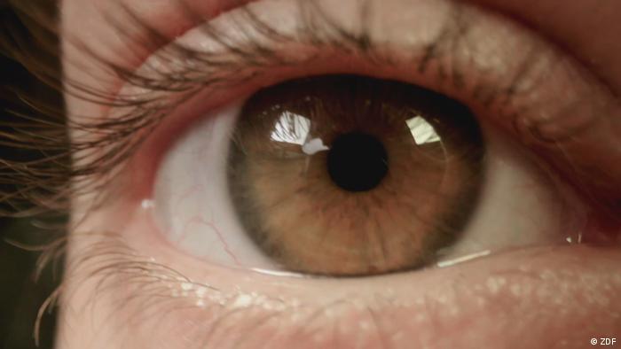 سيدة في عيادة طبيب عيون