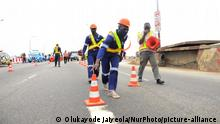 Construction workers arrange road barricades on the road as ongoing repair work commence on the Third Mainland Bridge, on July 26, 2020, in Lagos. Nigeria particularly between the peak periods of 6.30am and 7pm, as a lot more passengers will be advised to travel through alternate routes and the waterways, while the partial closure of Lagos Third Mainland Bridge lasts. (Photo by Olukayode Jaiyeola/NurPhoto) | Keine Weitergabe an Wiederverkäufer.