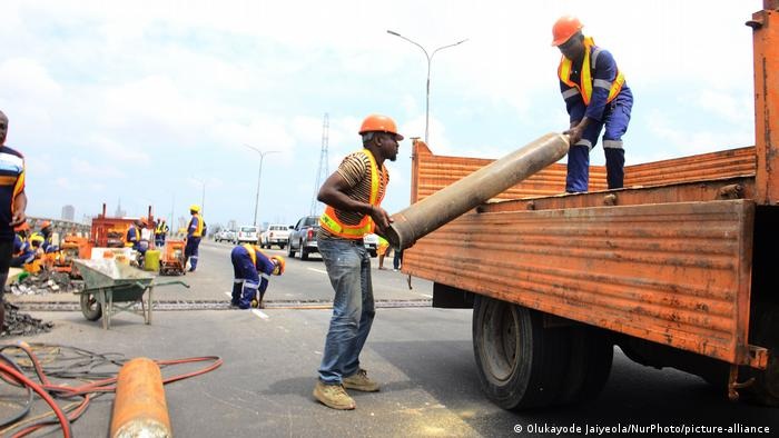 在发展中国家,停摆和行动限制对经济构成严重打击