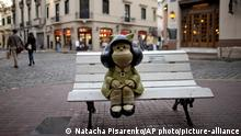 23.4.2014, Buenos Aires, Argentinien, A Statue of Mafalda, the main character of the comic strip by Argentine cartoonist Joaquin Salvador Lavado, better known as Quino, sits on a bench in Buenos Aires, Argentina, Wednesday, April 23, 2014. The comic strip, about a sharp tongued 6 year old, celebrates its 50th anniversary this year. Mafalda became Argentina¿s most famous comic strip character, particularly renowned for her political satire. Quino will inaugurate the Buenos Aires 2014 Book Fair Thursday. (AP Photo/Natacha Pisarenko)  