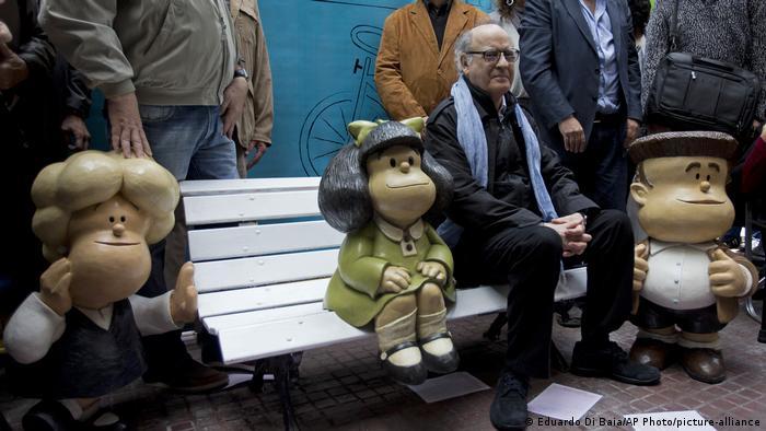 Quino ao lado de estátua da Mafalda, sua criação mais famosa