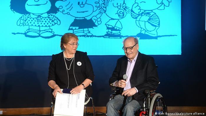 Quino y Michelle Bachelet, en Chile.