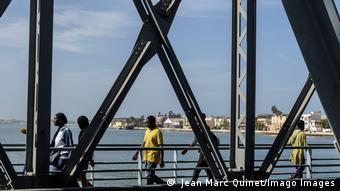 Saint-Louis I Le site est exceptionnel. Sur la rive est du fleuve, le continent. A l'ouest, un étroit cordon sableux, la Langue de Barbarie qui sépare les eaux du Sénégal de l'océan Atlantique.
