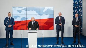 Ενδοκυβερνητικές τριβές στη Βαρσοβία για τη διαδοχή του επικεφαλής του PiS Γιαρόσουαβ Κασίνσκι (στο βήμα)