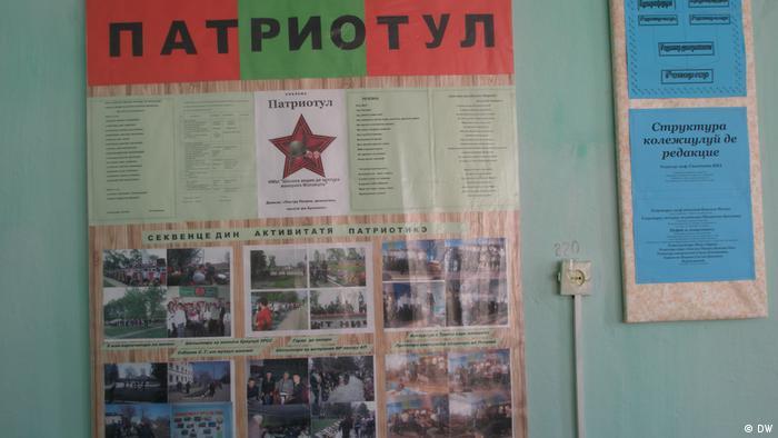 Afiș cu titlul Patriotul într-o școală din Transnistria: Educație după model sovietic