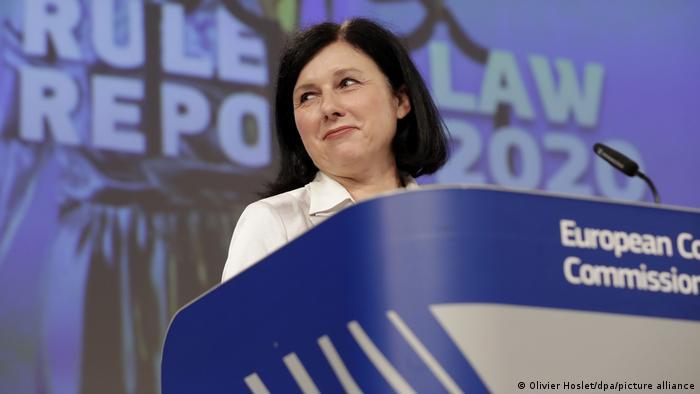 Vera Jourova, ehemalige EU-Justizkommissarin und heutige Vizepräsidentin der Europäischen Kommission, spricht bei einer Pressekonferenz zum EU-Rechtsstaatsbericht 2020 am 30.09.2020 im EU-Hauptquartier in Brüssel